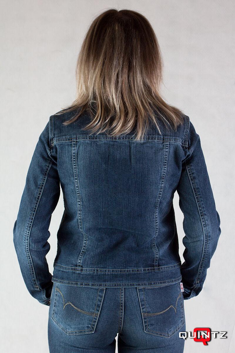 női kék farmerdzseki hátulról